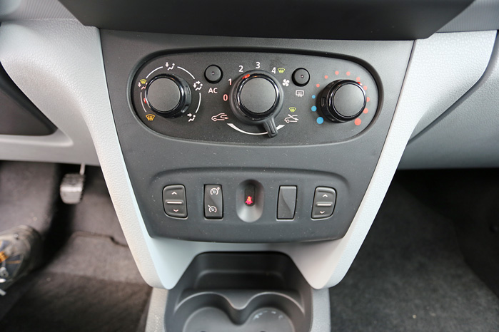 Alt er meget basic. Aircon er ekstraudstyr selv i den bedst udstyrede version, og  elruderne betjenes fra fælles knapper foran gearstangen