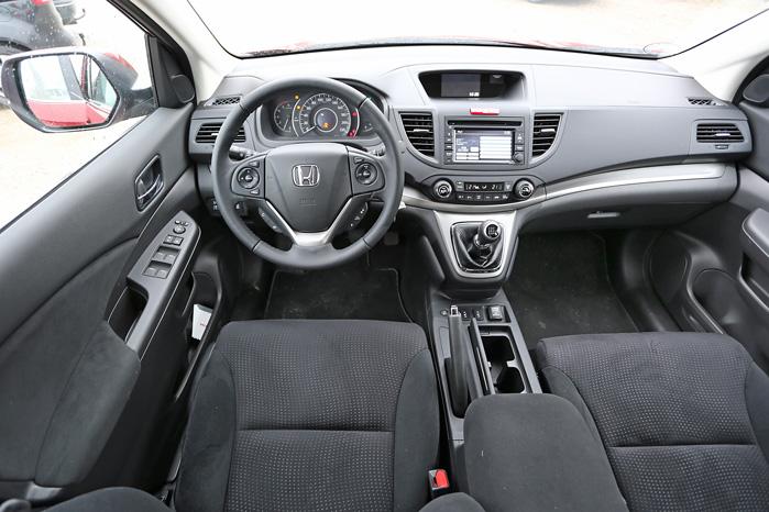 Førerpladsen er en disciplin, som Honda mestrer - og firkantede kopholdere virker fortrinligt med runde kopper