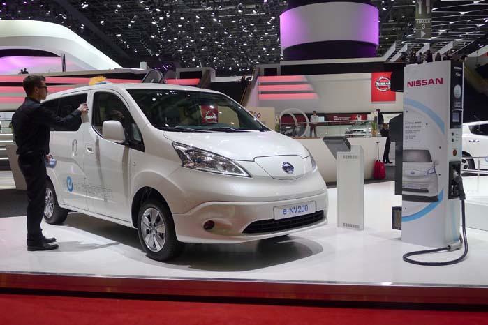 Hybridbiler, gasbiler, brintbiler og el-drevne biler har snuden fremme på biludstillingerne nutildags. En ny automobilteknisk fremtid banker stadig kraftigere på døren. Her er det Nissan's NV200 med ladestander og hele slangetøjet.