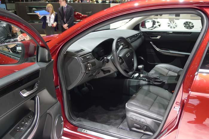 Fordørene åbner bredt, og giver gode ind- og udstigningsforhold til kabinen.
