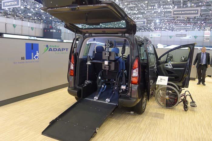 Det engelske firma Autoadapt UK Ltd. viser en VW T5 med dels lift til kørestole og dels sæder, som kan svinges  ud, sænkes og hæves, så det bliver lettere for bevægelseshæmmede at komme ind og ud af biler.