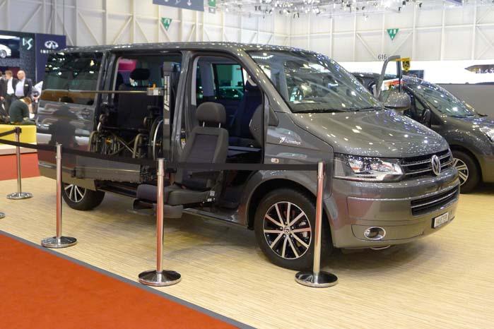 En VW T5 med hjælpemidler fra Autoadapt UK Ltd. til at lette ind- og udstigning.