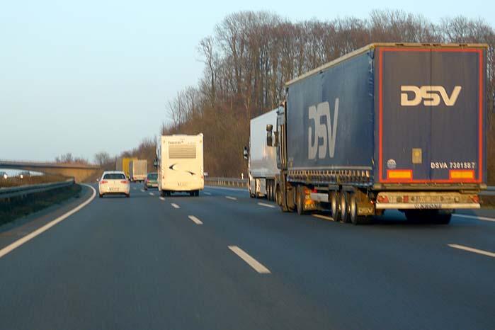Mange bilister - for ikke at sige de fleste - kører for stærkt ved vejarbejde, men nu fordobles straffen for at  negligere fartgrænserne, og det kan få alvorlige konsekvenser for førerretten.