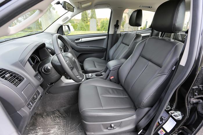 Elsæder med læder, automatgear og rigeligt med kopholdere monteret i en overskuelig kabine. D-Max kunne sagtens blive en rigtig mesterbil
