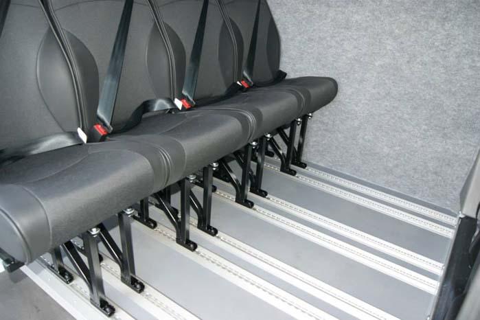 Med sikkerhedsskinner i gulvet er det nemt at indsætte eller udtage sæderne i kabinen.