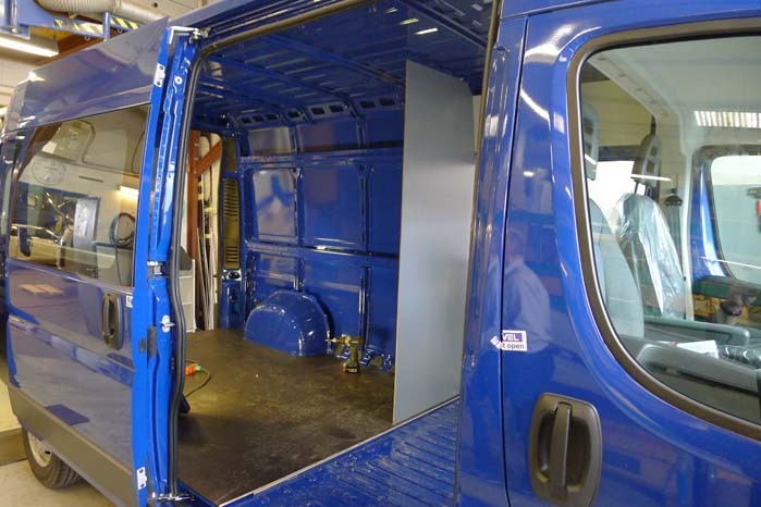 Efter indretning af mandskabskabine og montering af en skillevæg vil der være mulighed for at udnytte en del af bilens varerum til transport af redskaber og gods.