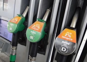 Omkring en spandfuld additiv hældes i hver tankvogn, men benzin og diesel får vidt forskellige miksturer