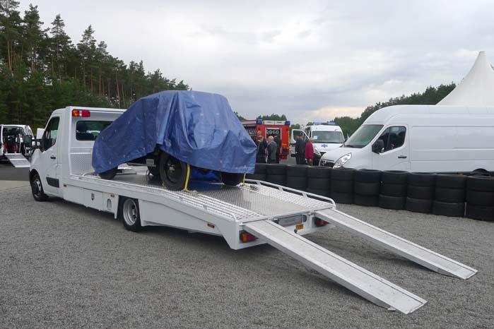 Movano med langt chassis ombygget med vippelad og slidsker til transport af køretøjer.