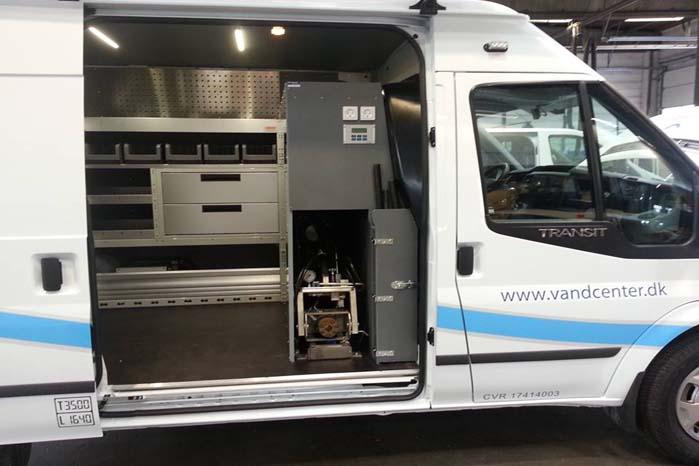 En varebil fra www.vandcenter.dk indrettet med Order Systems Alu Tech fra Rehabiler.