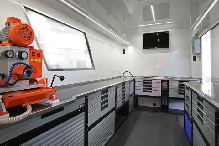 Lastbil indrettet som mobilt værksted med Order Systems moduler.