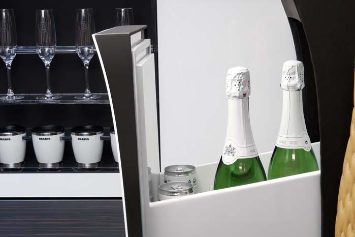 ... og forhandlingerne kan afsluttes med et glas champagne fra køleboksen.