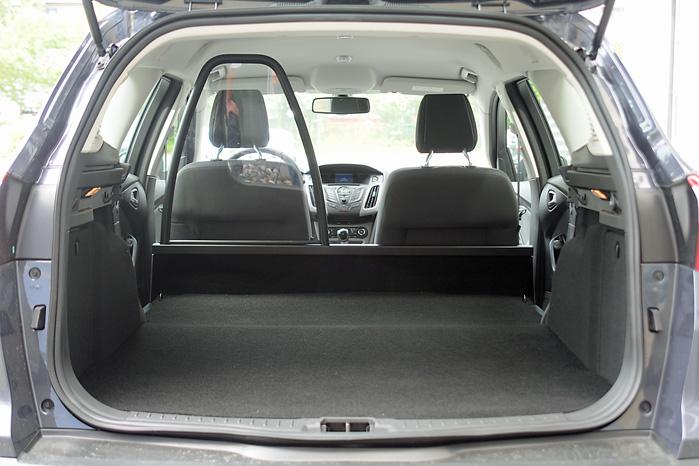 Læg lige mærke til afstanden mellem skærmkasserne. Den er ti cm større end i hatchbacken, fordi Ford ved at ændre vinklen på støddæmperne har prioriteret plads over køredynamik i stationcar-udgaven. Den kører nu fint alligevel