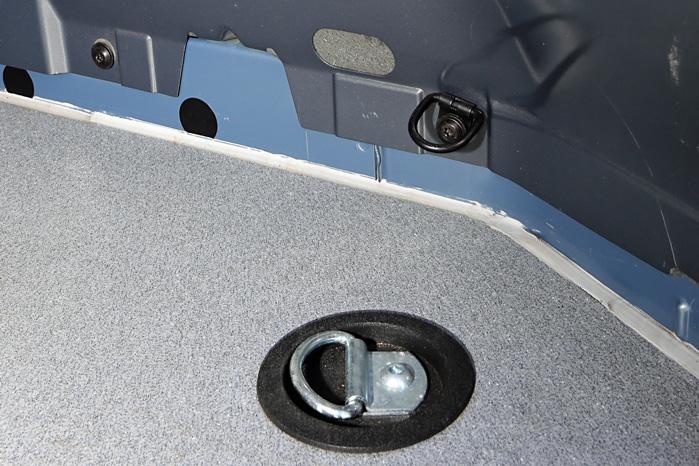 Mange varebiler er fra fabrikkens monteret med små surringsøjer som det øverste på billedet, mens det store nedenunder er monteret af TJ Karrosseri og kan klare langt større belastning