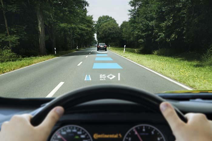 HUD-information om sikkerhedsafstand til den forankørende, den aktuelle hastighed og GPS-advisering om højresving i rundkørsel forude.