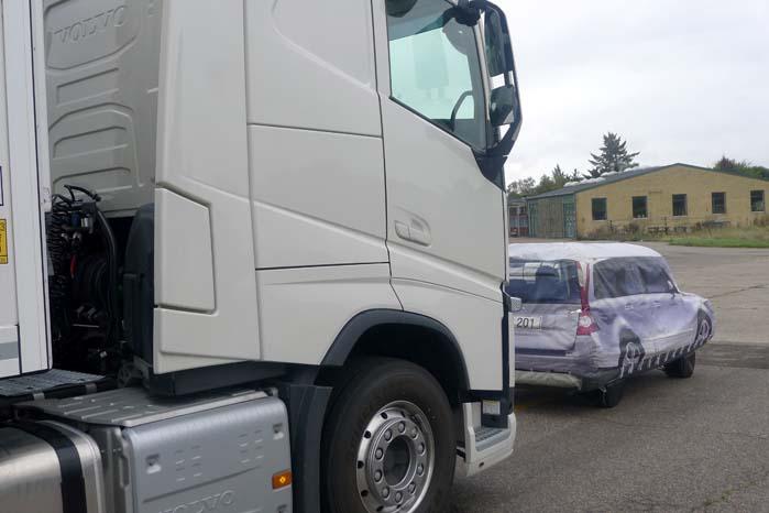 Afhængigt af omstændighederne og farten ender lastbilen måske så tæt på den foran holdende bil, at der dårligt er plads til at stå mellem bilerne, men det afgørende er, at lastbilen stoppede i tide.