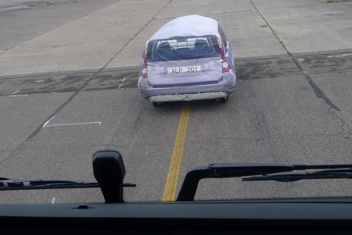 Farten er kun 40 km/t, men det virker voldsomt, når lastbilen kun er få meter fra den forankørende, er der tid og plads nok til at undgå en kollision? Ja, med systemer som Volvos ACB!
