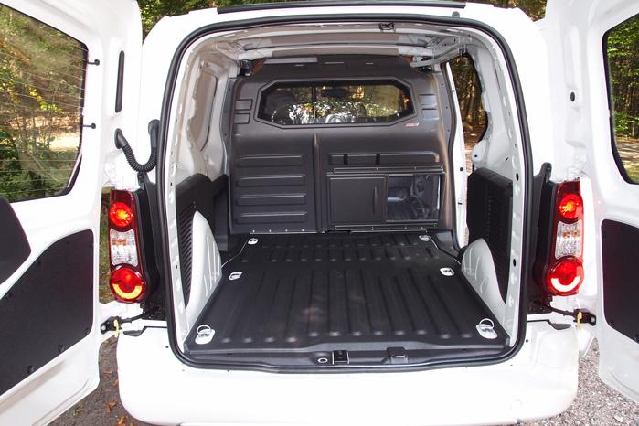 Peugeot har gjort sig umage for at gemme batteripakkerne under gulvet, så el-varianten ligner dieselvarianten mest muligt. Og intet afslører, at det er en elbil
