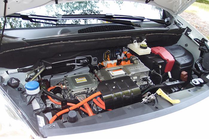 Sådan ser motorrummet i en Peugeot Partner Electric ud. Al indmaden kommer fra Mitsubishi iOn - så også her er det godt gennemprøvet teknologi, der præsenteres i den nye varebil fra Peugeot