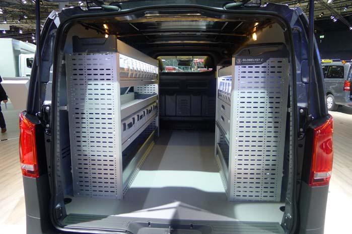 Der er plads til meget reolsystem i den lange udgave af Vito, som kan laste op til 1.369 kg.