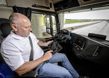 På motorvejen sætter du dig mageligt til rette og tager en blunder eller laver lidt papirarbejde