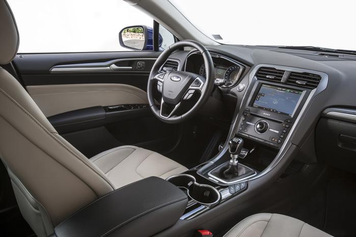 Midterkonsollen er med til at give det sportslige præg i kabinen, men den læner meget væk fra føreren, hvilket besværliggør betjening af specielt touch-skærmen under kørslen