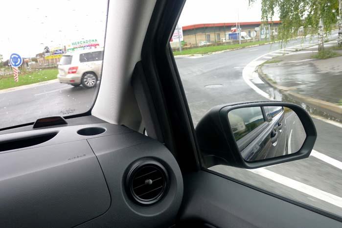 """Den passive sikkerhed er tilgodeset med kraftige A-stolper, men det går til gengæld ud over den aktive sikkerhed, da hele køretøjer kan """"krybe i skjul"""" bag stolperne og blive overset."""