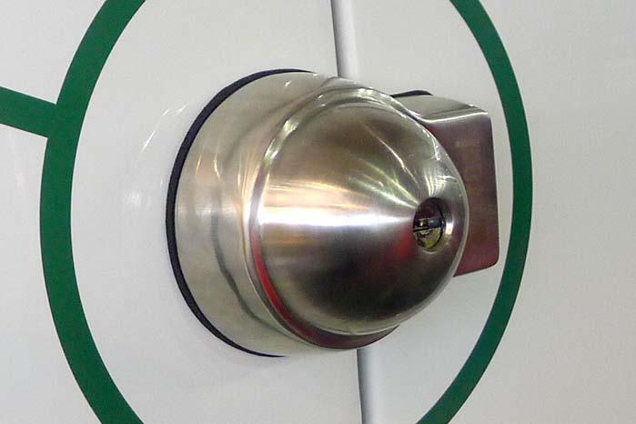 Forsøg på at vride, bore, brække eller slå låsen af er nytteløse, den giver sig ikke.