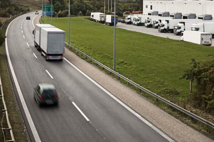 """En stangdrukken litauisk chauffør blev træt og lagde sin lastbil om på siden på motorvej E45, og i går køre en spritstiv bulgarsk chauffør sin lastbil ind i et autoværn på motorvej E47 ved Guldborgsund og blev årsag til at en hollandsk lastbil endte i """"låst sideleje"""", så det er ikke kun i danske virksomheder, at der er behov for en bedre trafikkultur.  (Foto: Rådet for Større Trafik)"""