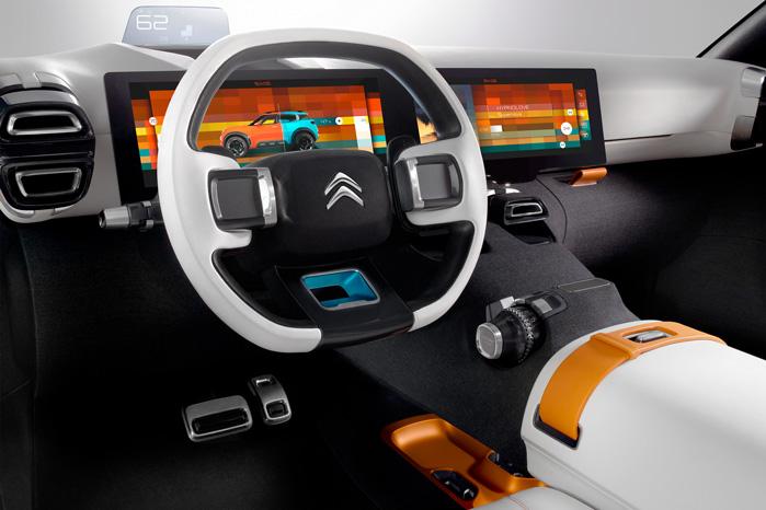 Føreren kan gøre brug af begge 12-tommer skærme foran, så han for eksempel kan have både GPS og radio i gang under kørslen...
