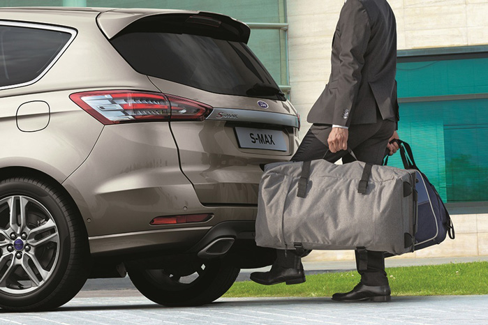 Med favnen fuld af varer og nøglen i lommen åbner du bagsmækken med en fodbevægelse under bagkofangeren