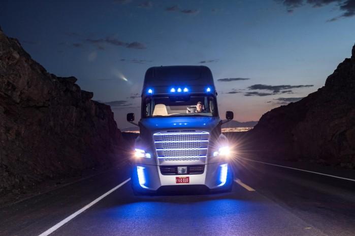 Farven i grillen skifter til blå, når lastbilen styrer selv