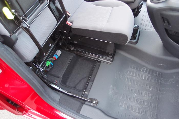 Hr du brug for at trylle lidt med bagagepladsen i kabinen, kan passagersædet også foldes op, så du kan have kufferten og potteplanter stående på gulvet. Pas på ikke at spilde på elektronikken på gulvet