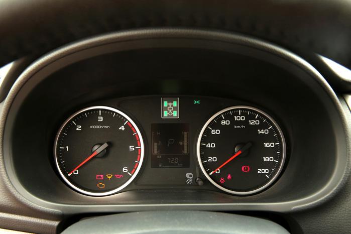 Traditionelle urskiver og Mitsubishis karakteristiske 4WD-symbol er bevaret i den nye L200's instrumenter