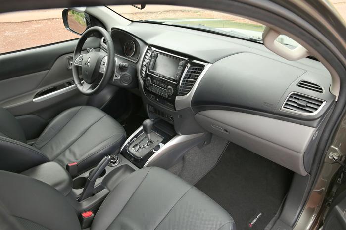 Ja, der mangler en gearstang. Firehjulstrækket styres nu elektrisk med en drejeknap, hvilket iøvrigt også passer bedre til den opdaterede kabine