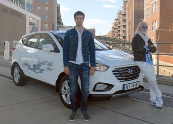 De to nordmænd Arnt-Gøran Hartvig og Marius Bornstein har sat en verdensrekord i brintbilen Hyundai ix35 – de har nemlig kørt næsten 2.400 km på 24 timer.