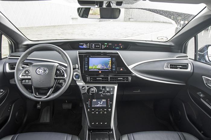 Toyota har fyldt alt tænkeligt udstyr i den totalt støjfri kabine for at demonstrere, at brintbilen Mirai på alle områder kan konkurrere med en benzin- eller dieselbil