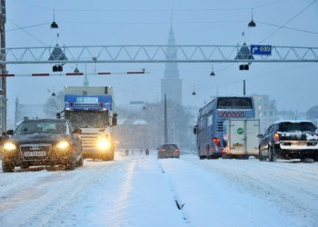 Danske busser og lastbiler må køre med dæk, som er slidt helt ned til 1 mm. Og selv om sneen vælter ned, er der ikke et lovkrav om, at de skal køre med vinterdæk.