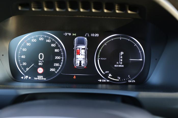 Urskiverne er skiftet ud med en multiskærm, som det er blevet almindeligt i de finest udstyrede biler