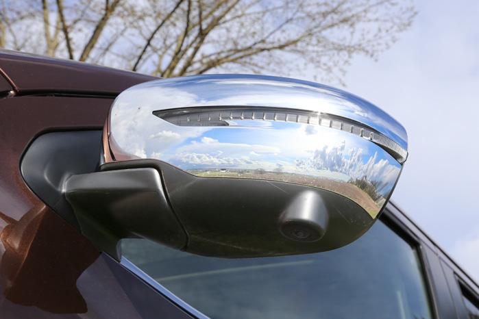 Fire kameraer viser et komplet overbliksbillede af bilen under bakning og manøvrering. Det er ekstraudstyr