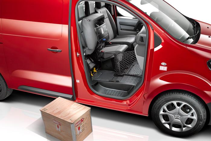 Du kan nøjes med at slå det ene passagersæde op, så der er plads til både en kortbenet lærling og tre meter lister