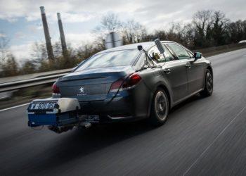 PSA har som den første bilproducent i verden valgt at opgive sine modellers reelle brændstofforbrug. Her ses en Peugeot 508 med det såkaldte portable emissions measurement system , som måler udstødningen, mens bilen faktisk kører i rigtig trafik.