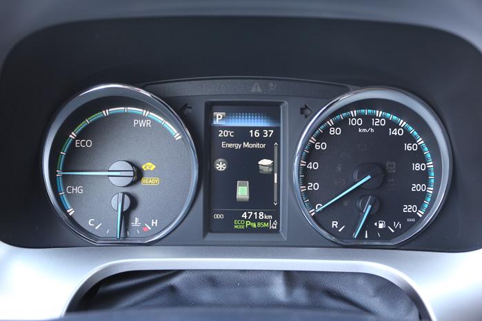 Med lidt instruktion og erfaring kan alle blive eksperter i at lade sin egen RAV4 op under kørslen