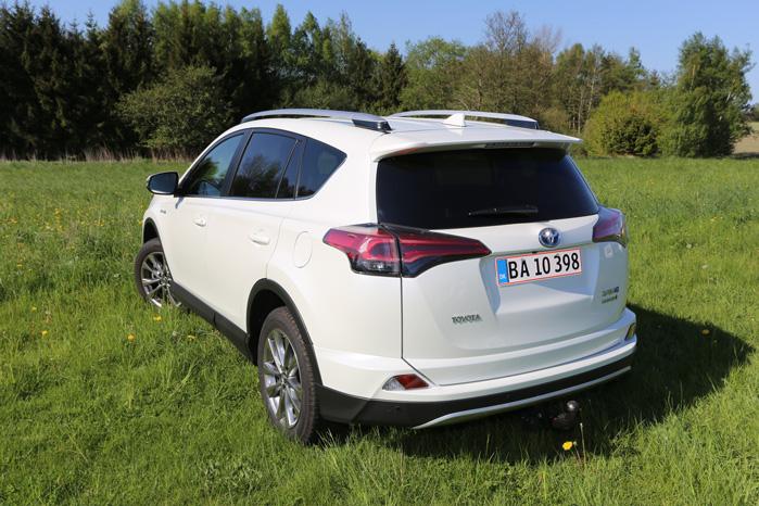 Toyota har heldigvis tophængslet bagdøren i RAV i modsætning til Land Cruisers højrehængslede bagport, der spærrer adgangen til fortovet