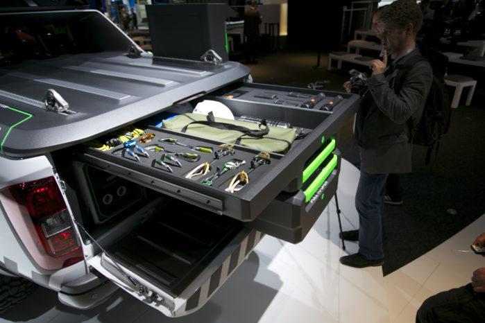 Sammen med batterierne er der plads til masser af forskelligt værktøj i ladet.