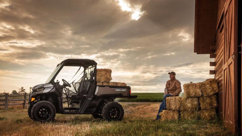 Can-Am Defender er bygget til bønder og må laste 700 kg eller en trailer på 900 kg.