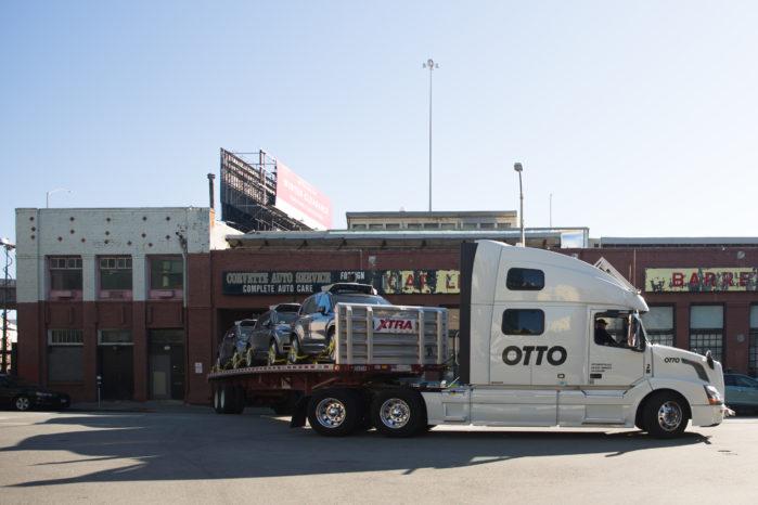 Sådan så det ud, da Ottos lastbil med semi-selvkørende funktion kom og hentede Ubers selvkørende testbiler i San Fransisco.