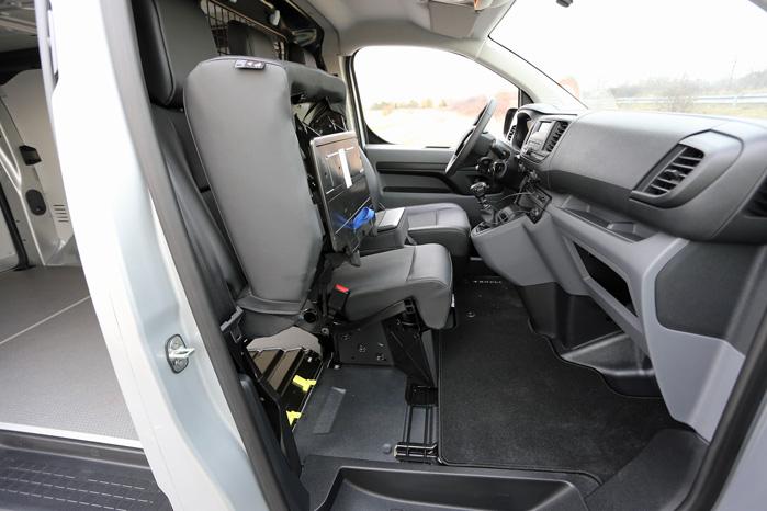Med yderste passagersæde klappet op er der stadig plads til en smalrøvet i midten, men det er ikke just et komfortsæde
