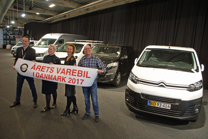 Fra venstre modtager Toyota Danmarks s pressechef, Anders Tystrup, Hanne Sørensen fra Peugeot Danmark og Citroëns Trine Krastup sammen med næstformand i Motorjournalisternes Klub, Thomas André Petersen