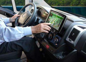 Skærmen er placeret i god afstand fra instrumentbordet, så man kan nå knapperne uden at læne sig frem