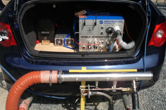 PEMS-udstyret måler bilens udledning, mens den kører på gader og veje
